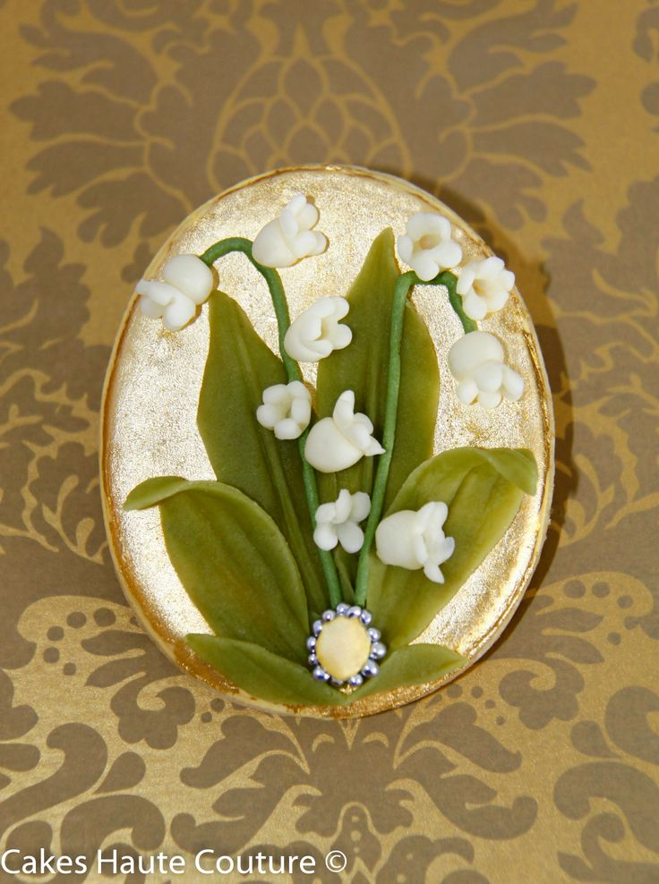 Lilly of the Valley Easter Egg Cookie decorated with flowers and leaves made from chocolate  /  Galleta Huevo de Pascua decorado con muguets y hojas de chocolate.