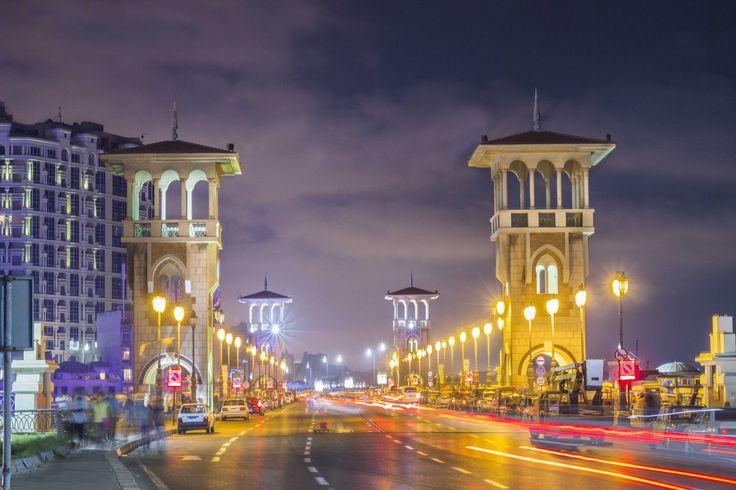 Visão noturna da Ponte Stanley, uma obra moderna, com 400 metros de extensão, na Corniche em Alexandria, Egito.