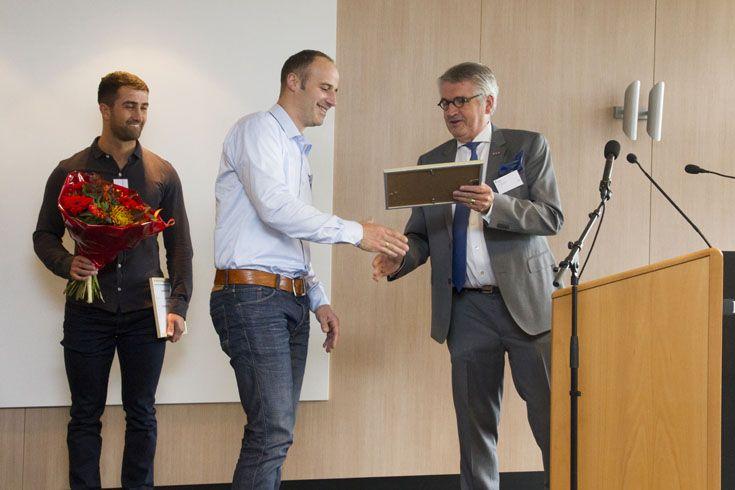 Aan het begin van de middag kregen de geslaagden van de NOA-Ondernemersopleiding hun branche-certificaat 'Toekomsgericht ondernemen' uitgereikt. André Goebert wordt door Jan van de Kant gefeliciteerd.