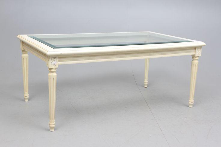 Gustavianskt soffbord. Vitlack, rektangulär överdel med inlagd glasskiva. Kannelerade avsmalnande ben. Längd 119, bredd 70, höjd 52 cm.