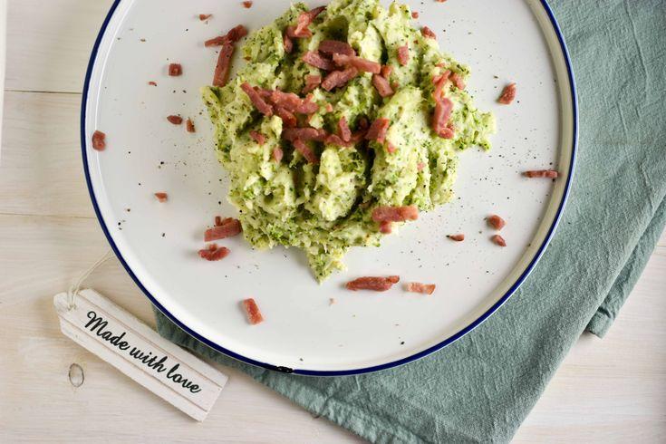 Als je op zoek bent naar een lekker stamppot recept, denk dan eens aan deze broccoli stamppot. Een heerlijk romige en gezonde stamppot met broccoli en een vleugje kaas. Te lekker om niet te proberen!