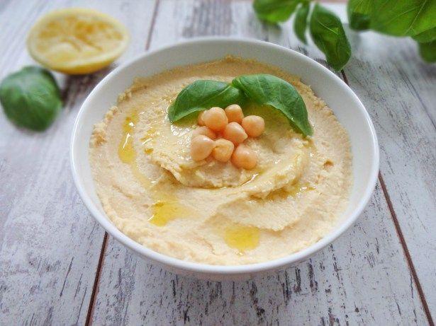 Hummus ist einer meiner Lieblingsdips und Brotaufstriche. Seien wir ehrlich: Gemüsesticks schmecken einfach tausendmal besser mit einer guten Portion cremigem Hummus.