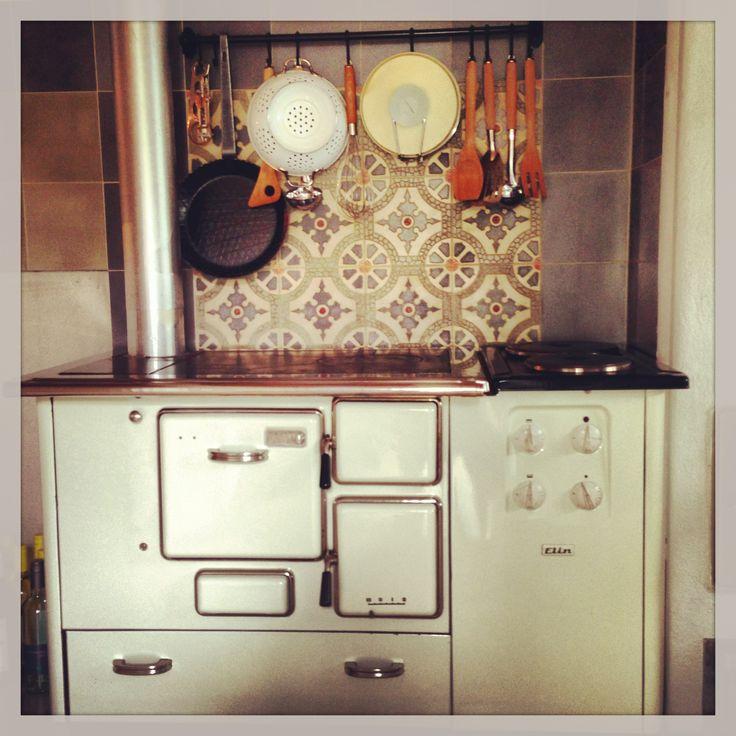 Sparofen zusatzherd ofen holzofen zementfliesen via for Vintage küchenutensilien