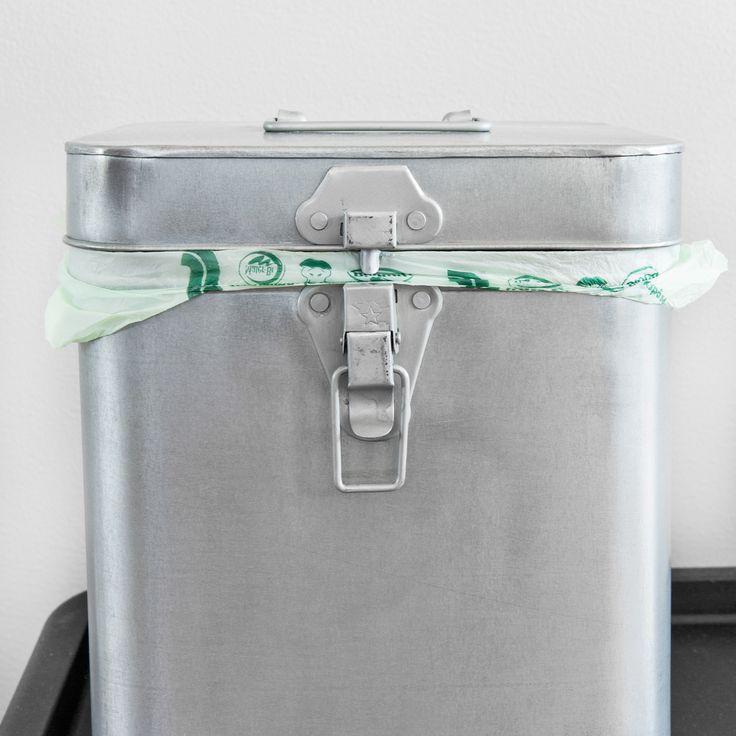 Kannellinen biojäteastia voi olla myös tyylikäs. Metallinen astia on muovisen tavoin helppo puhdistaa.