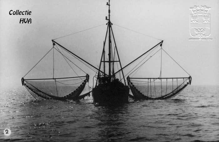 Garnalenkotter met boomkorren gereed voor de vangst