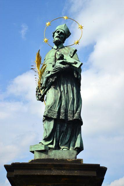 07 de maio de 2017 Passear pela Ponte Carlos é como admirar um museu a céu aberto. Muitas das estátuas que estão aí, são réplicas, cujas originais foram transferidas a partir da década de 60, para …