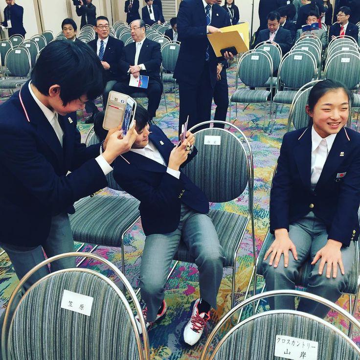 リレハンメルユースオリンピック日本選手団結団式オフショット⑨  フィギュアスケートチームです! 左から 島田高志郎選手 白岩優奈選手 坂本花織選手  島田選手と白岩選手がインタビュー中の坂本選手を撮影してます(笑)  Koshiro Shimada(Figure skating) Yuna Shiraiwa(Figure skating) Kaori Sakamoto(Figure skating)  #フィギュアスケート #figureskate #figureskating #skating #iceskating #ceremony #youtholympics #Lillehammer2016 #iLoveYOG #TEAMNIPPON #japaneseolympiccommittee
