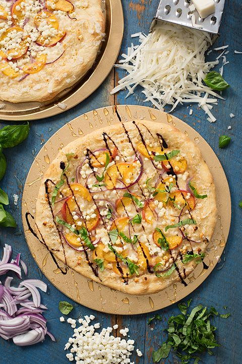 INGREDIENTS BY SAPUTO | Like to combine savoury and sweet? You'll love this vegetarian thin-crust pizza topped with peaches, onions, balsamic reduction and honey. Serve it tonight for an original veggie meal!