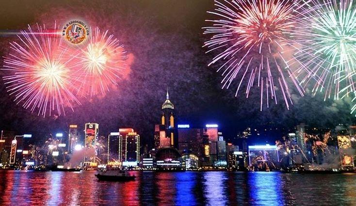 Fogos de artifício no Ano Novo em Hong Kong. Um dos centros financeiros da Ásia, Hong Kong, anunciou o Ano Novo com fogos de artifício e música
