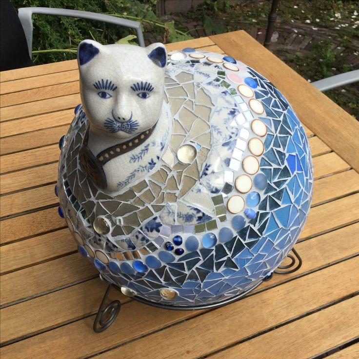 Monsieur le Chat, glas en aardewerk op geprepareerde polystyreen bol.