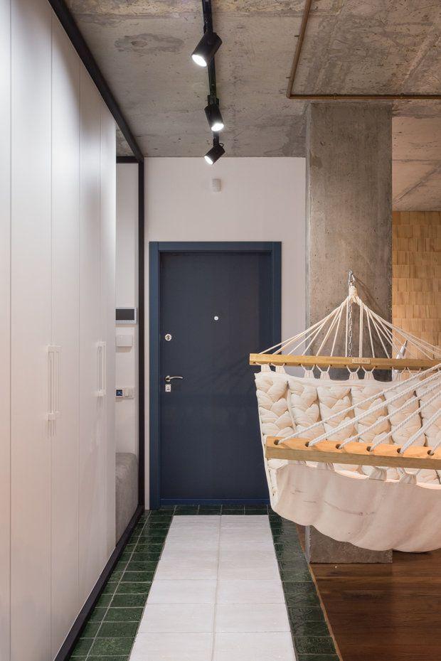 Деревянная черепица на стене, бетонный потолок, картина из гвоздей – на такой смелый дизайн решится не каждый. Но это далеко не самое интересное – приглашаем на экскурсию