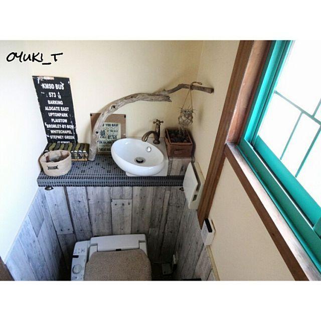 タンクレスのすっきりとしたトイレ、憧れますよね。RoomClipには、タンク付きトイレでも工夫を凝らして見事に隠す「タンクレス風トイレ」のアイデアが満載!タンクを隠しながら収納棚としても使える一石二鳥の賢いアイデアばかり。今回は、トイレタンクを隠す素敵なDIYアイデア10選をご紹介します。