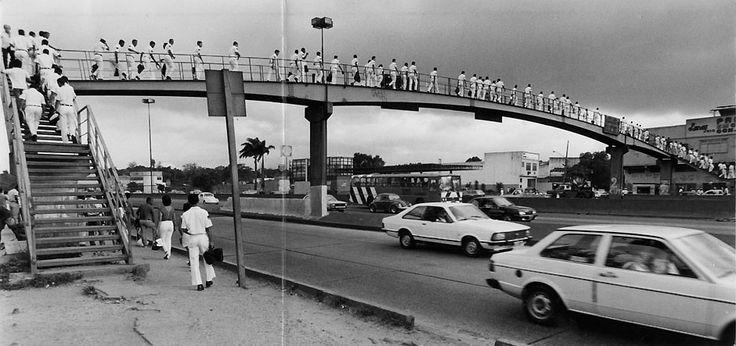 Avenida Brasil (Rio de Janeiro) - SkyscraperCity Com o aumento do tráfego de veículos, as passarelas passam a ser essenciais para a travessia da via com segurança. Foto Frederico Rosário