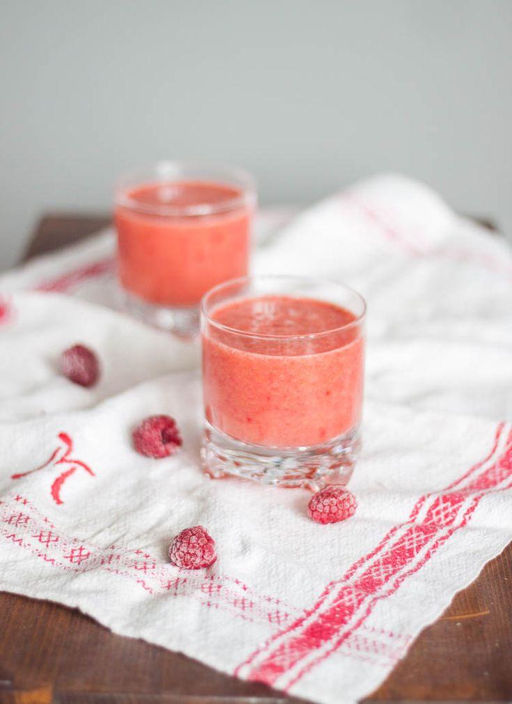 [ Mangosmoothie med hallon ] 2 glas. { Ingredienser } 1 banan / 1 näve hallon / 3 dl apelsinjuice / ½ mango. { Gör så här } Skiva mago & banan, lägg i en mixer. Häll över apelsinjuicen, lägg i hallonen. Mixa samman, häll upp i glas.