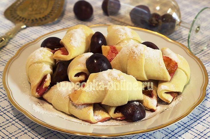 📌 Песочные  мини-рогалики на кефире 🥐  ➡http://vypechka-online.ru/slojki-kruassany/pesochnye-rogaliki-na-kefire/  #Песочные #Рогалики #ПесочноеТесто #Кефир #Тесто #Слива #Выпечка #Вкусняшка #Рецепты #ВыпечкаОнлайн #Sand #Croissants #Pastry #Yogurt #Dough #Plum #Baking #Yummy #Recipes #CakesOnline