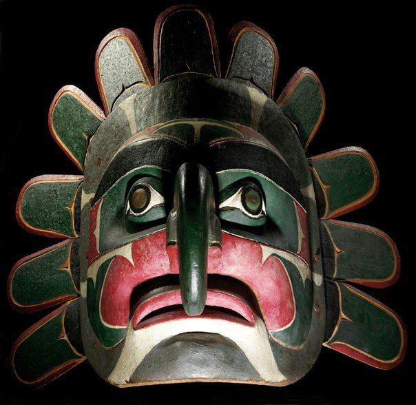 """Grand masque soleil Kwakiutl,Colombie Britannique, Côte nord-ouest visage associant les traits humains à ceux d'un faucon - long nez crochu, yeux exorbités aux pupilles rehaussées de plaques de cuivre, épais sourcils arqués – ceint d'un bord festonné rapporté et fixé à l'arrière.Selon toute vraisemblance, ce masque fut utilisé par les Dluwalakhas - société de danse aux masques représentant les emblèmes familiaux  - d'origine surnaturelle - tirés de la mythologie et du dloogwi"""""""