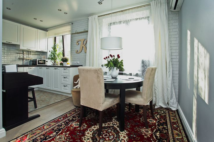 Стена в столовой-гостиной, отделанная декоративным кирпичом. Квартира у Аптекарского огорода - InMyRoom.ru