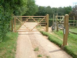 Wooden driveway gates driveway gate and driveways on for Costruire un ranch
