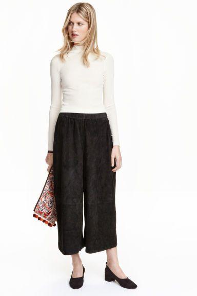 Culottes em camurça: QUALIDADE PREMIUM. Culottes em camurça macia com elástico largo na cintura e pernas largas, de altura pelo tornozelo.