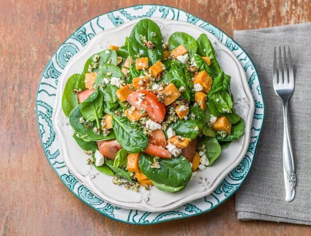 Salade van spinazie en bataat met hazelnoot-dukkah en feta