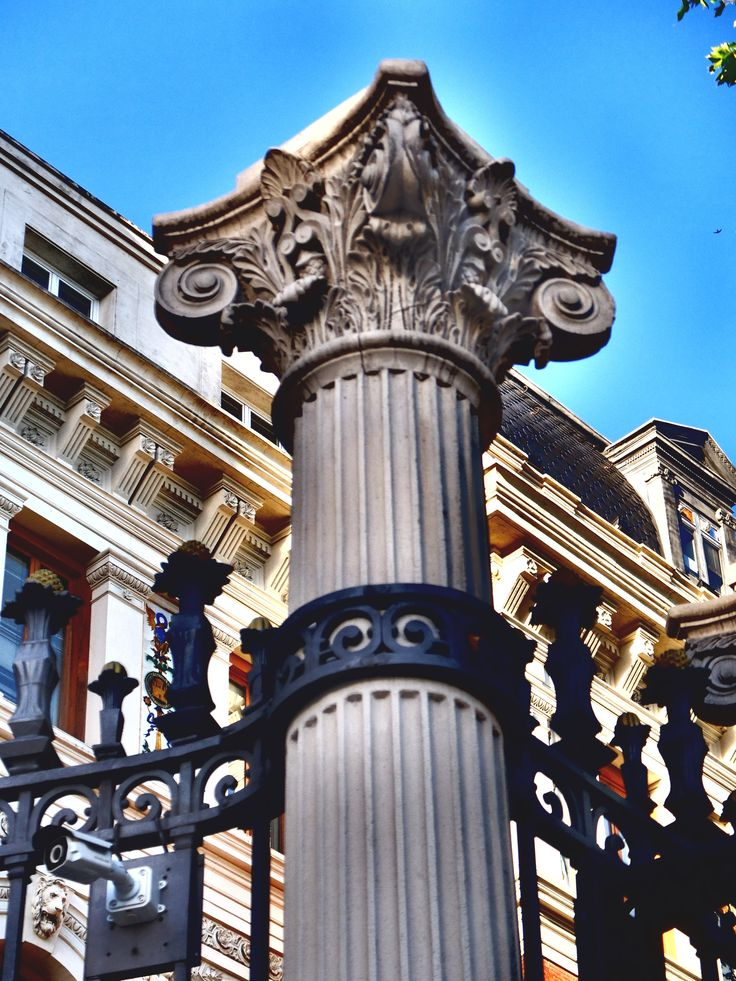 Ministerio de Agricultura. Palacio de Fomento. Columna de la cerca con capitel de orden corintio