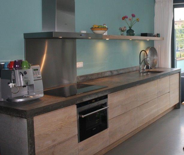 Greeploze houten keuken met ter plaatse gestort betonnen blad.