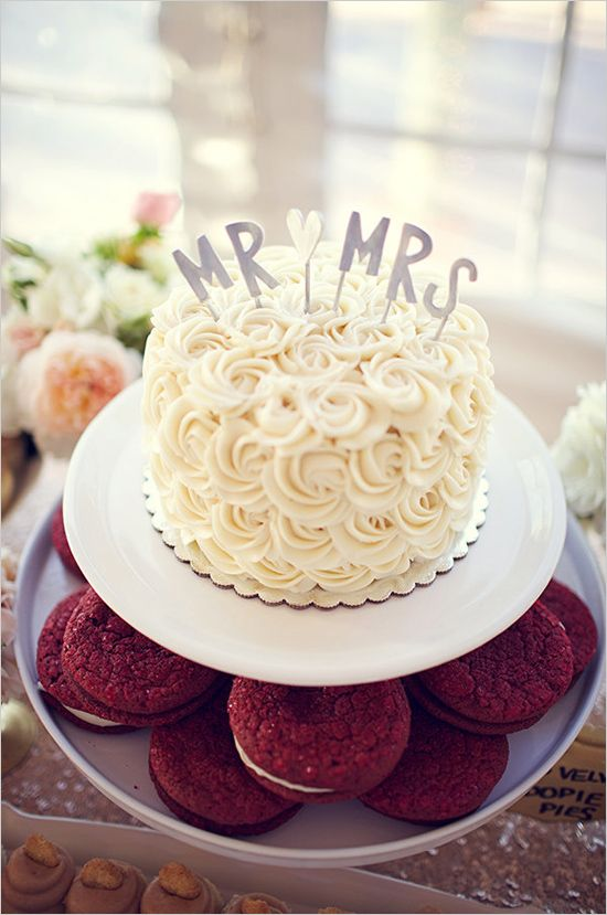 rose frosted wedding cake | mr and mrs topper | glam wedding reception | #weddingchicks
