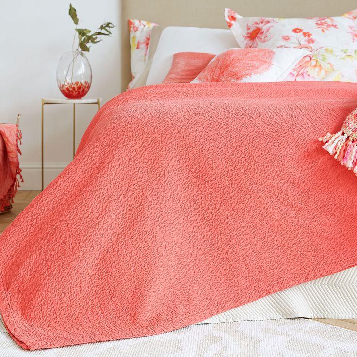 Respira las últimas tendencias del catálogo primavera verano 2017 de Zara Home: Ropa de cama, decoración. ¡Para casas que cuidan los detalles!
