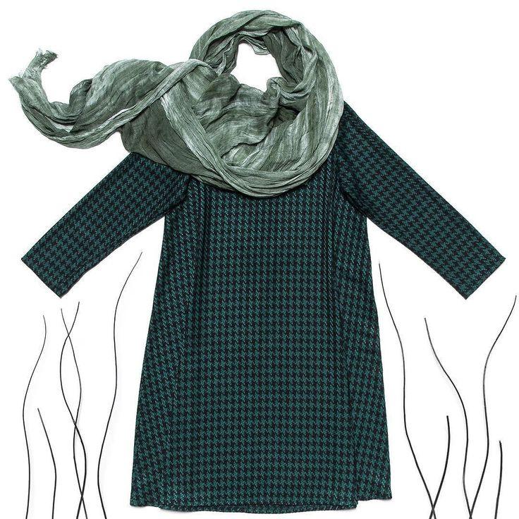 Весна встречает снегом так что не забывайте одеваться теплее кутаться в шарфики и пить вкусные горячие напитки дорогие! Наш выбор  шерстяное платье-трапеция в гусиную лапку: в нем комфортно и самое главное тепло!  #gardbe #russiandesigner #одеждапоподписке