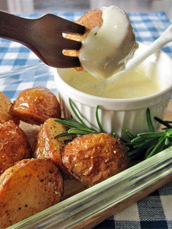 パーティーにぴったりのとろとろチーズディップ♪とろけるチーズ・牛乳・片栗粉・コンソメをレンジでチンして作ります。