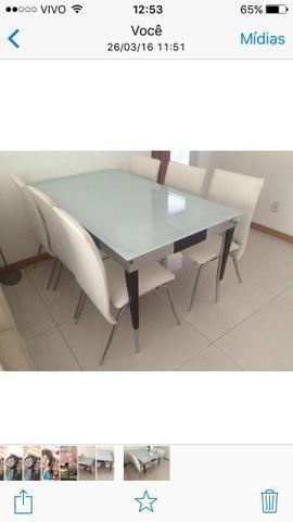 Mesa branca com 6 cadeiras