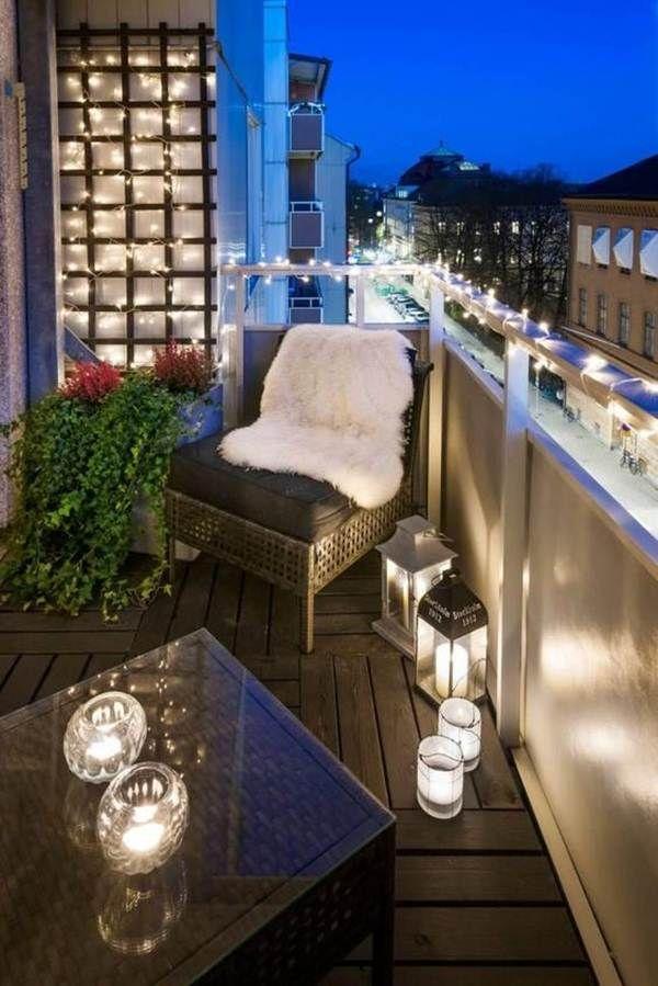 Balcón decorado con velas y guirnaldas de luces