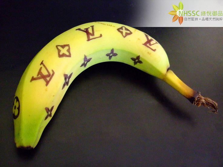 如何讓香蕉不變黑  營養好處多多的香蕉不僅有助增加白血球、改善免疫系統功能,緩和胃酸刺激,保護胃黏膜、預防胃潰瘍,對於糖尿病與高血壓患者也有所助益。科學家研究更顯示香蕉越成熟其抗癌效果越高,可是營養好處多多的香蕉總是放個幾天就會變黑變味、影響食用品質。下面分享一個簡單的保存方式,放上數天香蕉都不會變黑或變味喔!  方法: 1.香蕉買回來後用清水沖洗乾淨(目的是將外面噴的催熟劑洗掉)  2.擦乾後將整串香蕉放入塑膠袋中,再放入一顆蘋果 3.將袋中空氣盡量排出並綁緊,放在家中陰涼處  提醒: 當香蕉完全成熟後,則不宜儲存,建議應盡速食用完畢。 Photo credit: faceless ekone / Foter / CC BY-NC