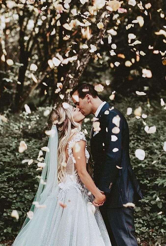 Weddings Are All About Kissing But How Not To Look Trivial This Is Easy With Our Creative Creative Wedding Photo Wedding Photos Creative Wedding Photography