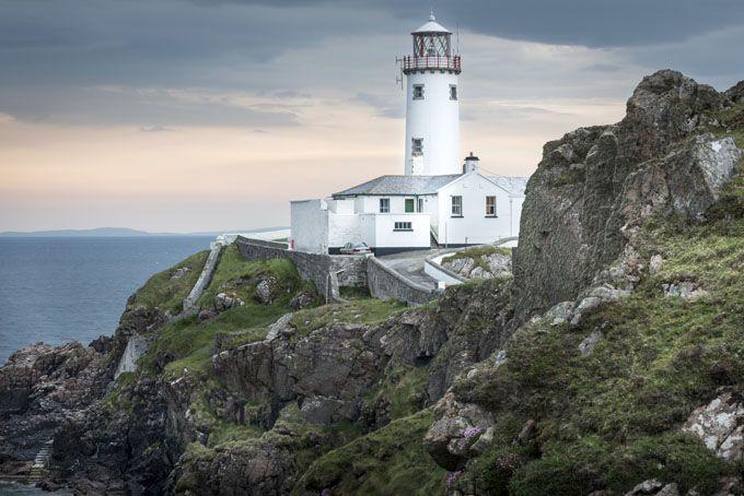 Faro de Fanad Head en Donegal, Irlanda. Quizá es uno de los faros más pintorescos, se construyó en 1817 y sigue en uso.