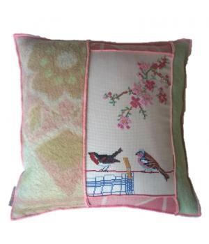 Uniek kussen van wollen dekens en een borduurwerk in pasteltinten. afmeting van dit kussen is 50-50 cm. Het is gevuld met een veren binnenkussen. Zie ook mijn andere advertenties