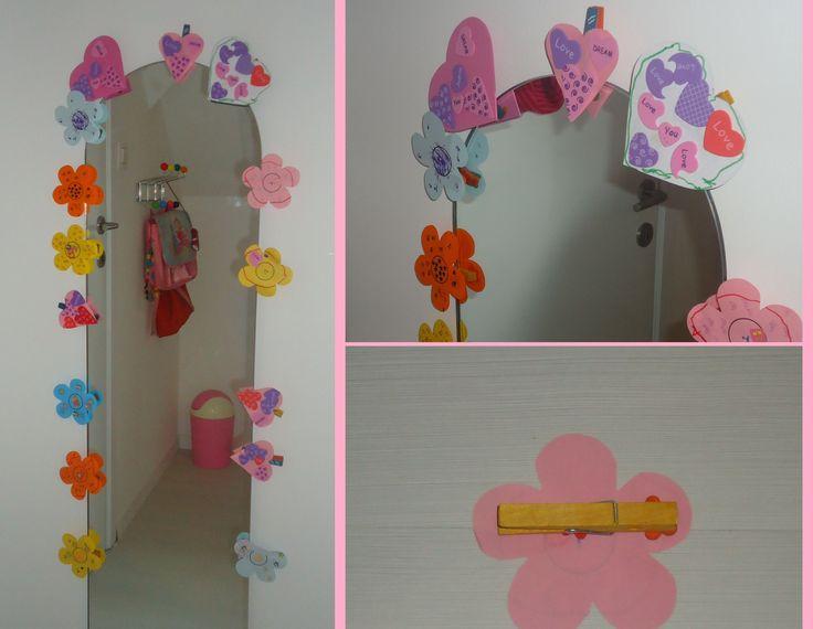 Diy versieren spiegel kinderkamer neem verschillende wasknijpers en kleef er een prentje naar - Versieren van een muur in ...