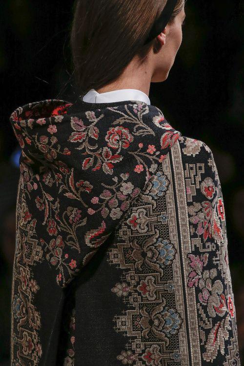 Carpet print   Tapestry pattern   Coat cape   PRÊT-À-PORTER AUTOMNE-HIVER 2013-2014  VALENTINO