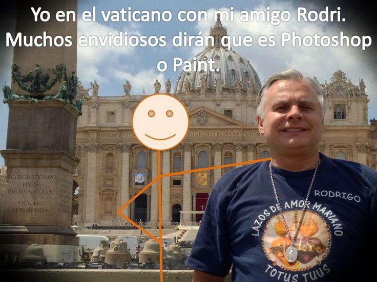 jajajajjajajajajaja rodri y yo paseando por la plaza de San Pedro en Roma. Mucho envidioso dira que es Paint.