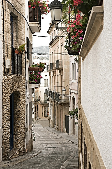 A glimpse of Medieval Sitges #spain  Beautiful alley ways to walk through!