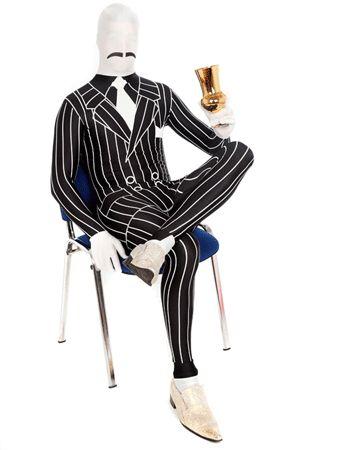 Morphsuit gangster pak met krijtstreep. Zwart met witte morphsuit, waarin het lijkt alsof u een een ouderwetse smoking met krijtstreep aan heeft. De gangster morphsuit is zelfs uitgerust met een maffia-stijl snorretje! De morphsuits zijn gemaakt van stretch lycra, waardoor het zich naadloos aanpast aan ieder figuur. U kunt door het pak heen kijken, ademen en drinken! De morphsuits hebben op de achterkant een ritssluiting. Carnavalskleding 2015 #carnaval