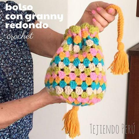 Mini video tutorial: bolso con granny redondo tejido a crochet! Tejerlo es muy divertido  El link al video está en nuestro perfil o bio!  This video includes English subtitles: crochet round granny handbag! #crochet #granny #ganchillo #instacrochet #instaganchillo #handbag #bolso