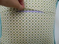 installing zipper closure in a pillow cover {tutorial}... great tutorial; I like that it's a covered zipper closure!