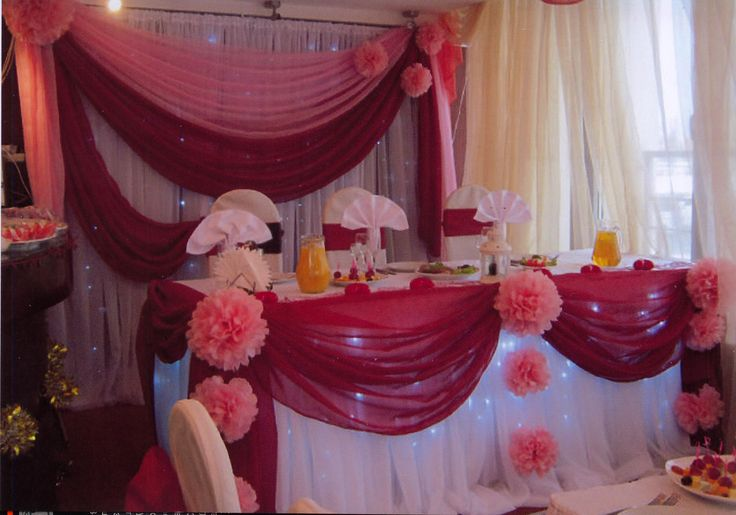 Декор зала для свадьбы в персиковых и бордовых тонах: задник, стол молодоженов, подсветка, чехлы и банты на стулья,салфетки.#свадьбы #праздники #декор #оформление #зал #прокат #задник #стол #президиум #чехлы #банты #персиковый #бордовый #soprunstudio