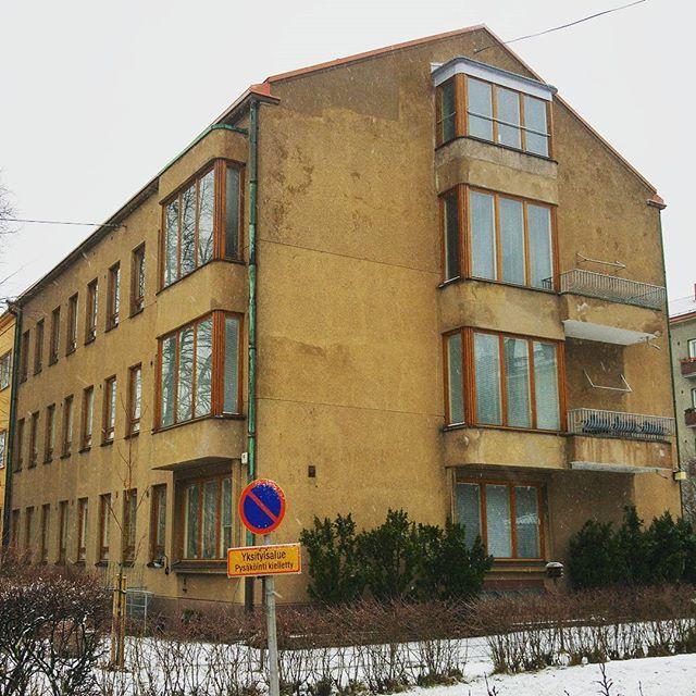 Taka-Töölö on yleisesti parhaiten tunnettu funkistaloalue Helsingissä. Lähes samanveroisia aarreaittoja ovat kuitenkin myös viereiset Meilahti ja kivenheiton päässä sijaitseva Munkkiniemi. Etenkin Meikun Pihlajatien varsi koostuu viehkoista kolmikerroksisista lamellitaloista ja tunnelma on suoraan kuin 1930- ja 1940-lukujen vaihteesta. Nämä kolme aluetta on rakennettu tuolloiselle ylemmälle keskiluokalle ja se näkyy - rakennuksissa on huomattavasti enemmän rakennuskustannuksia nostavaa…