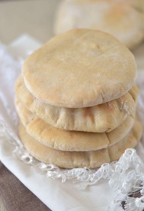Pitabroodjes maken is ontzettend makkelijk om te doen. Als je nog nooit zelf brood hebt gebakken moet je deze echt eens proberen. Je hoeft het brood niet meerdere keren te laten rijzen en kneden. Zowel voor de beginner als de gevorderde is het maken van pitabroodjes en leuk klusje. Het resultaat mag er zijn want zulke lekkere, luchtige pitabroodjes heb je nog nooit geproefd!