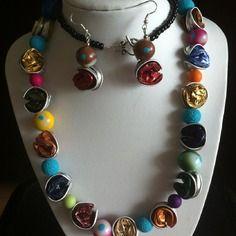 Parure en capsules nespresso recyclées, collier et boucles d'oreilles multicolores.