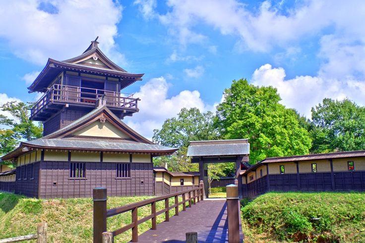 逆井城跡公園、戦国時代の砦や主殿、観音堂を復元し展示している。  台風の影響か日中暑かった。芝生広場はお年…
