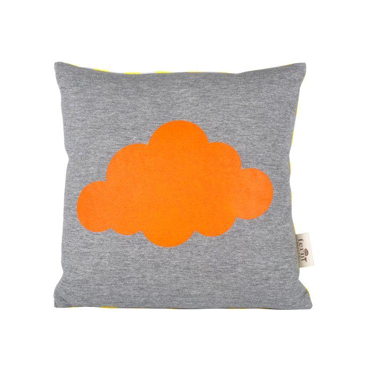 Un cuscino double face, una nuvola arancione sul fronte e sul retro le righe gialle che ricordano i raggi del sole! La fodera dei cuscini e' 100% cotone biologico, fronte in jersey con stampa in colori fluo l'imbottiutra in piumino d'oca. I cuscini sono sfoderabili e la fodera lavabile in lavatrice a 30°