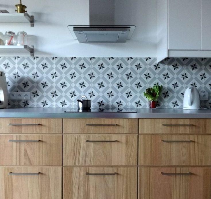 crdence en carreaux de ciment gris et plan de travail cuisine mtallique